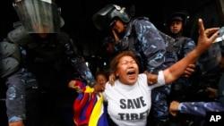 201410日在尼泊尔首都加德满都,流亡藏人在中国大使馆签证处外举行抗议时被尼泊尔警察拘捕
