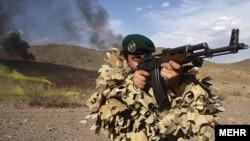 عکس آرشیف از یک سرباز نیروی پیادۀ ارتش ایران