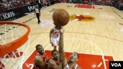 Point guard Chicago Bulls Derrick Rose berusaha melewati para pemain Atlanta Hawks di game 5 putaran kedua playoff NBA hari Selasa (10/5). Bulls sementara unggul 3-2.