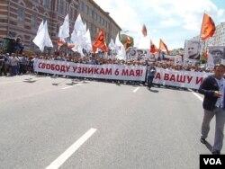 今年6月12日的莫斯科反普京示威游行要求释放政治犯。(美国之音白桦拍摄)
