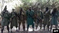 Shugaban kungiyar Boko Haram, Abubakar Shekau, tare da wasu mayakansa a wannan hoto da aka cire daga jikin wani faifan bidiyo.