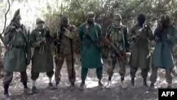 Para anggota kelompok militan Boko Haram di sebuah tempat di Nigeria (foto: dok). Inggris memasukkan Boko Haram ke dalam daftar organisasi terlarang.