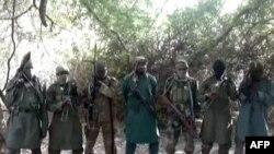 Thủ lãnh nhóm hjếu chiến Boko Haram Abubakar Shekau (giữa) tại một địa điểm không được tiết lộ.