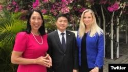 美國駐海地大使館推特帳號2019年4月3日貼出美國駐海地大使希森(左)與台灣駐海地大使胡正浩、美國國務院主管海地、加拿大及加勒比海事務副助卿克爾施特合照(取自美國駐海地大使館推特帳號)