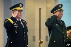 2016年8月16日,中國陸軍司令李作成將軍(右)在北京八一大樓歡迎美國陸軍參謀長馬克·米利(Mark Milley)將軍的儀式上致辭。