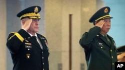 2016年8月16日,在北京八一大楼举行的欢迎美国陆军参谋长马克·米利(Mark Milley)将军的仪式上,他和中国陆军司令李作成将军(右)敬礼。