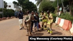 Les éléments de force de sécurité et les secours encadrent des personnes évacuées du lieu de l'attaque des jihadistes à Bamako, Mali, 20 novembre 2015. Crédit King Massasy