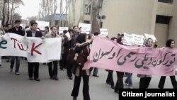 """Tehran Universitetində üzərində """"Türkün dili rəsmi olsun"""" şüarı yazılmış plakat"""