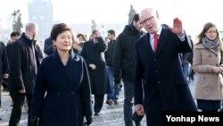 중유럽 정상외교를 위해 체코 프라하를 방문한 박근혜 한국 대통령이 4일 세계문화유산으로 등재된 구시가지와 프라하성을 연결하는 블타바강의 카를다리를 보후슬라프 소보트카 체코 총리와 함께 건너고 있다.