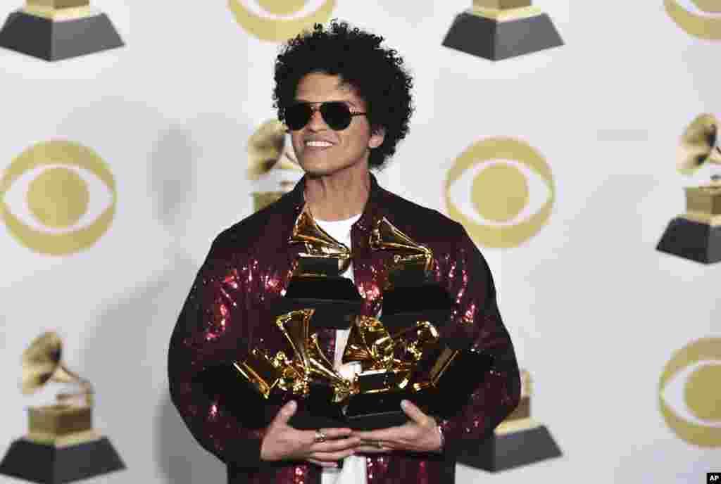 «برونو مارس» خواننده در مراسم «گرمی» امسال خوش درخشید و شش جایزه دریافت کرد.