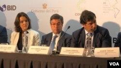 Luis Alberto Moreno (centro) presidente del BID, en Cumbre Empresarial de las Américas en Lima, Perú, que se realiza en el marco de la VIII Cumbre de las Américas. Abril 12 de 2018. Foto: Jacob Luzi, VOA.