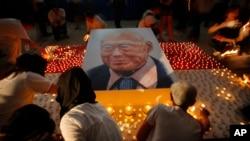 2015年3月27日新加坡大量民众点燃蜡烛纪念建国总理李光耀。