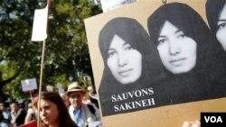 Para demonstran unjuk rasa di depan Kedutaan Besar Iran di Roma, menuntut pembebasan Sakineh Mohammadi Ashtiani.