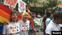 En 2008, alrededor del 62 por ciento de los votantes de Florida apoyó una enmienda constitucional que prohíbe las uniones civiles entre personas del mismo sexo.