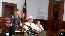 得州性攻击案新闻发布会,从左至右为地方检察官、警察局长、辩护律师(2012年资料照片)