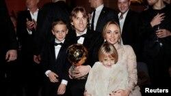 Gelandang Real Madrid, Luka Modric, dan keluarganya setelah menerima penghargaan Ballon d'Or 2018 di Grand Palais, Paris, 3 Desember 2018.
