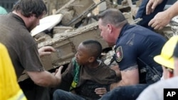 Seorang anak murid SD Plaza Towers berhasil diselamatkan dari reruntuhan bangunan setelah tornado melanda kota Moore, Oklahoma (20/5).