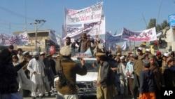 شمالی وزیرستان کے قصبے میر علی میں مقامی قبائلی احتجاج کر رہے ہیں (فائل فوٹو)