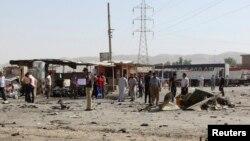 Warga berkumpul di sekitar lokasi kejadian ledakan bom bunuh diri di Tuz Khurmato, 170 kilometer sebelah utara ibukota Baghdad (28/7).