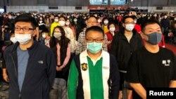 资料照:台湾富士康工人戴着口罩参加在台北举行的春节年终聚会。(2020年1月22日)