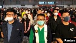 資料照:台灣富士康工人戴著口罩參加在台北舉行的春節年終聚會。(2020年1月22日)