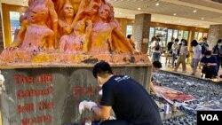 新任支聯會常委、香港社會工作者總工會會長倫智偉表示,第一次參與洗刷國殤之柱行動,希望挽留八九民運歷史 (美國之音湯惠芸)