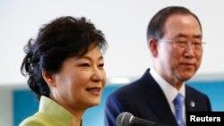 韩国总统朴槿惠(左)5月6日在联合国总部会晤联合国秘书长潘基文