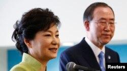 韓國總統朴槿惠(左)5月6日在聯合國總部會晤聯合國秘書長潘基文