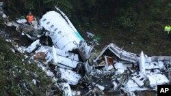 Rescatistas se encuentran en el sitio del avión fletado que se estrelló en una zona montañosa en las afueras de Medellín, Colombia, el martes 29 de noviembre de 2016. El avión llevaba el equipo brasileño de primera división Chapecoense, equipo que jugaría la Copa Sudamericana contra el Atlético Nacional de Colombia. [VIDEO]