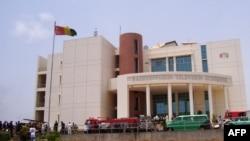 Vue de face de la maison de la radiodiffusion guinéenne (RTG), dans la banlieue de Conakry, 16 avril 2007. (archives)
