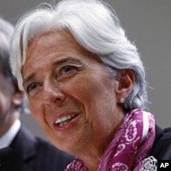 ប្រធានគ្រប់គ្របរបស់មូលនីធិរូបិយវត្ថុអន្តរជាតិ (IMF) លោកស្រី Christine Lagarde ថ្លែងក្នុងសន្និសីទព័ត៌មាននៅទីស្នាក់ការអង្គការនេះក្នុងទីក្រុង វ៉ាស៊ីនតោននៅថ្ងៃទី០៦ខែកក្កដាឆ្នាំ២០១១។