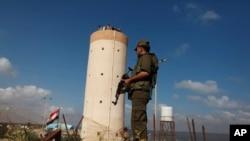 یکی از نیروهای امنیتی گروه فلسطینی حماس در حال نگهبانی در گذرگاه رفح، نزدیک مرز مشترک با مصر، جنوب نوار غزه - آرشیو
