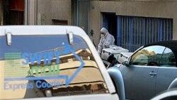 پلیس ضد تروریست یونان در حال بازرسی شرکت خصوصی پست پس از انفجار یک بسته پستی در دستان یکی از کارمندان آن شرکت در آتن