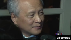 中國駐美大使崔天凱與美國之音記者拉蒙交談 (視頻截圖)