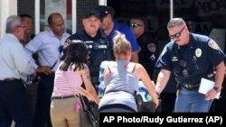 Građani i policija pred tržnim centrom u kom se dogodio napad u gradu El Pasu u američkoj državi Teksas