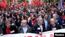 Tổng thư ký lãnh đạo công đoàn CCOO của Tây Ban Nha Ignacio Fernandez Toxo và Candido Mendez xuống đường tuần hành với các công nhân trong lễ kỷ niệm ngày 1/5 tại Bilbao.