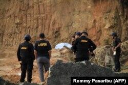 Polisi bersiap meledakkan bahan peledak di Sibolga pada 14 Maret 2019, menemukan dari tersangka dalam tahanan polisi yang diidentifikasi sebagai anggota Jemaah Ansharut Daulah (JAD). (Foto: AFP/Rommy Pasaribu)