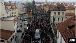 Kovčeg sa posmrtnim ostacima bivšeg češkog predsednika Vaclava Havela prolazi kroz masu ožalošćenih gradjana u Pragu, 21. decembra 2011.
