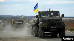 지난 5일 우크라이나 동부 마을 슬로브얀스크 마을에서 정부군 차량이 이동 중이다.