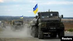 2014年10月5日乌克兰军方车队在乌克兰东部城镇斯拉维扬斯克附近
