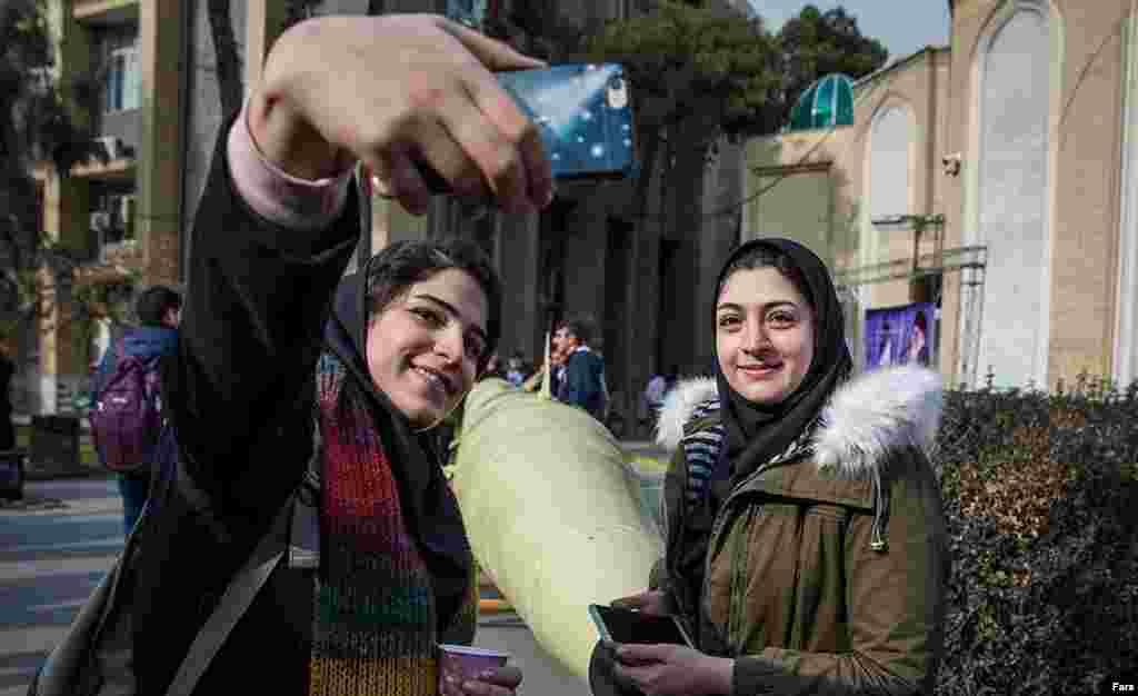 این دو دختر دانشجو با یک موشک در دانشگاه امیر کبیر تهران سلفی می گیرند. نمایش موشک بالستیک «ذوالفقار» در پلی تکنیک؛ به نظر شما آیا جای موشک در دانشگاه است؟