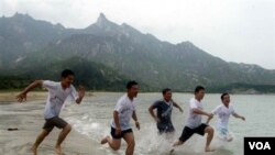 Para wistawan asal Korea Selatan bermain-main di kawasan wisata Gunung Kumgang di Korea Utara (foto: dok.).