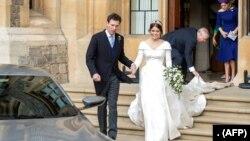 Putri Eugenie dan suaminya, Jack Brooksbank, bersiap meninggalkan Kastil Windsor setelah upacara pernikahan pada Jumat, 12 Oktober 2018.