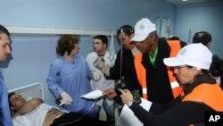 6일 발생한 폭탄테러 피해자들을 살피는 아랍연맹 감시단
