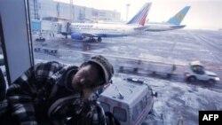 Các trận mưa đông đá gây mất điện, làm chậm các chuyến bay và gây trở ngại trong nhiều ngày cho hàng vạn người phải du hành ở Nga
