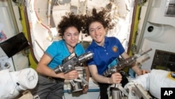دو امریکی خلاباز خواتین کرسٹینا کاچ اور جیسیکا میر، بین الاقوامی خلائی اسٹیشن میں۔ دونوں نے خلائی اسٹیشن سے باہر نکل کر خلا میں کام کرنے کی نئی تاریخ رقم کی ہے۔ 18 اکتوبر 2019