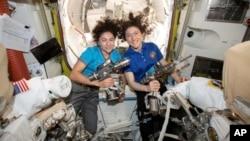 Les astronautes américaines Jessica Meir (G) et Christina Koch dans la Station Spatiale Internationale. Photo publiée par la NASA le 17 octobre 2019.