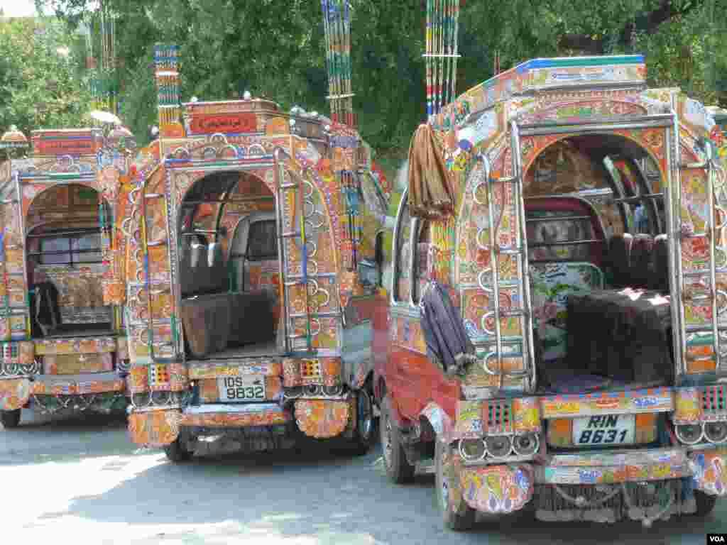 Bogato ukrašeni mali autobusi u Islamabadu, 10. jula 2012. (S. Gul/VOA)