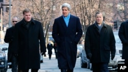 From left, Canadian Foreign Minister John Baird, U.S. Secretary of State John Kerry and Mexican Foreign Secretary Jose Antonio Meade walk toward a lunch appointment at the Union Oyster House restaurant in Boston, Jan. 31, 2015.