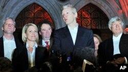 Pendiri WikiLeaks, Julian Assange (tengah) bersama juru bicara Kristinn Hrafnsson (kiri) saat berbicara kepada media di London (foto: dok).